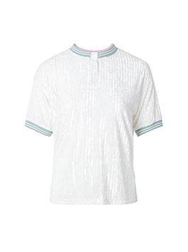 经典的圆领设计,简单大方,时尚百搭。螺纹收口贴合手腕,撞色元素凸显时尚品味。珠光亮面彰显了品质感,同时也增加了衣服的潮流感。