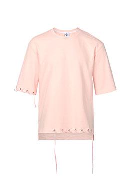 粉色衣身搭配袖口及下摆的抽身设计,简约洋气且不失设计感。宽松的中长袖版型不挑身形,潮流百搭。袖子和下摆悬挂的同色丝绒条带,与整件衣服色调完美融合,小小的设计点让整件T恤简约而不简单。