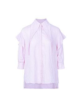 浅红条纹调皮甜美,衣领与飘带融为一体的设计理念个性独特,再加上肩部的荷叶边元素,增添更多的活力时尚元素。条纹与褶皱的创新融合带来全新的时尚态度,是时尚女孩最好的选择~
