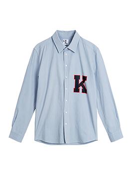 西装版型轮廓外套,在保持挺括外形的同时,少了几分西服的严肃高冷,内搭浅蓝色衬衣,在保暖的同时使整个人的气质更加干净明亮。