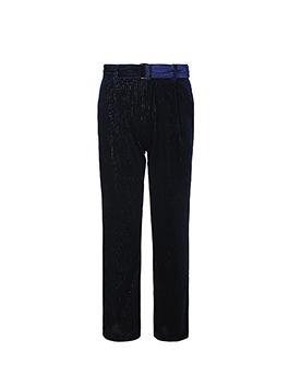 天气转凉,卫衣成为百搭的选择,简简单单的样式却丝毫不缺乏时尚感,配上藏蓝色丝绒长裤,展示出别样的沉稳大气,帅气有型。