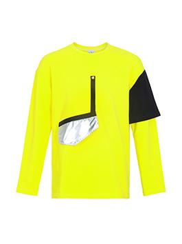 抢眼的黄色卫衣,采用拼接的传统元素,表示时尚性格,搭配Logo字母挂件装饰的黑色灯芯绒休闲裤,舒适简洁,增加了运动青春的气息。