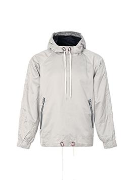 素色缎面的套头外套,采用极简的设计风格,剪裁线条简约流畅,配以黑色休闲长裤,显高显瘦,是整个人的潮流感更加突出。