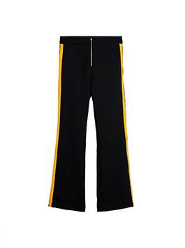 酒红色衣身搭配反光的丝绒面料瞬间点燃热情,使外套既柔软舒适,又时尚大气,配上剪的黄色侧边撞色阔腿裤,帅气吸睛。