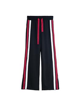 兼具潮流性和实用性的粉色卫衣加上撞色飘带的设计增加了俏皮可爱的色彩感,成为这个季节百搭的不二之选,下身一件简单的条纹运动裤,不必费心就可以完成今天搭配了。