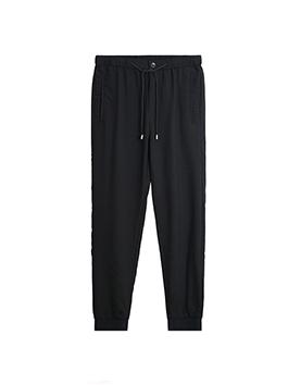 喜欢卫衣没有什么特别的原因,纯粹就是因为穿着它舒服又自由,配上一条简单的黑色运动裤,时尚简洁,保暖厚实。