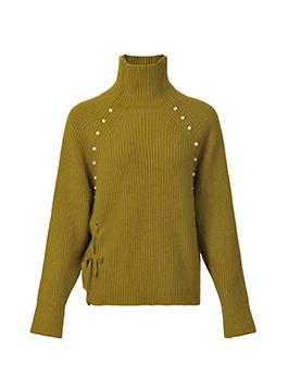 高领毛衣作为寒冷气候里必不可少的单品,还自带修饰脸型的功效,不对称开叉设计提升设计感,珍珠饰品提升毛衣质感,舒适又温暖。