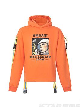 亮眼的橙色、极具潮流青年文化元素的印花,衣袖及下摆的撞色条带都无限增加了设计感,配以黑色休闲长裤,显高显瘦,是整个人的潮流感更加突出。