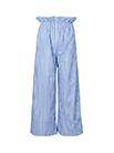 优雅的缎面纯色长袖衬衫搭配蓝白条纹阔腿裤,拉长下半身比例,完美凸显玲珑曲线,尽显潇洒自信。